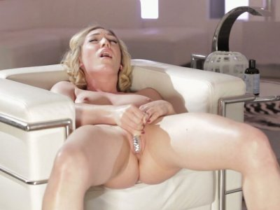 Blonde slut Jessica Drake shares her secrets to reach orgazm