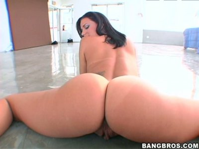 Voluptuous brunette sex bomb Mia gives head on POV video