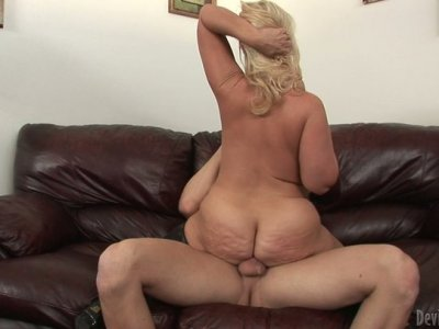 Fat mature slut Dee Siren fucks missionary and rides on top