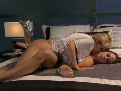 Black and blond heads Jessica Drake & Chanel Preston eat each other's pussies