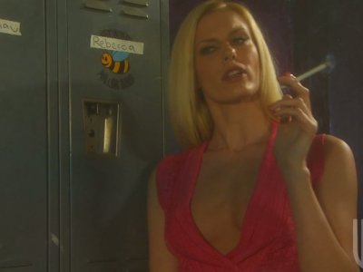 Impressive police officer Jessica Drake sucks a hot and strong prisoner's cock
